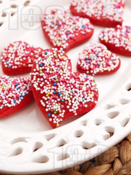 Домашни медени сладки с форма на сърца и глазура със захарни перли - снимка на рецептата